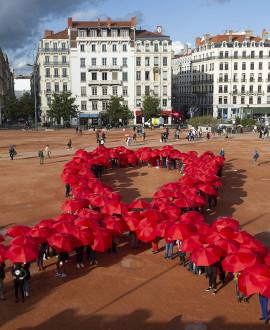 Lutte contre le sida : un ruban rouge géant sur la place Bellecour