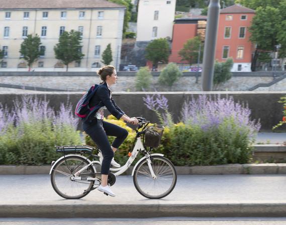 Une cycliste roule avec un vélo électrique