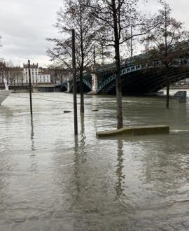 Crue du Rhône : les berges fermées le long de la piscine du Rhône