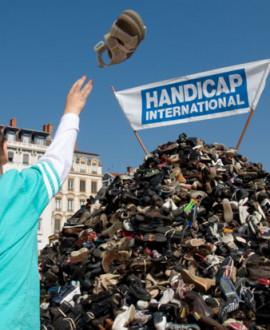 Pyramide de chaussures : mobilisez-vous contre les armes explosives !