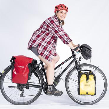 une femme à vélo