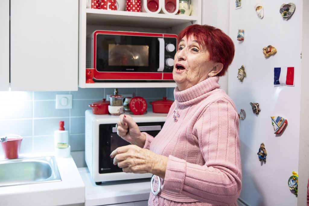 Josette, personne âgée dans son appartement
