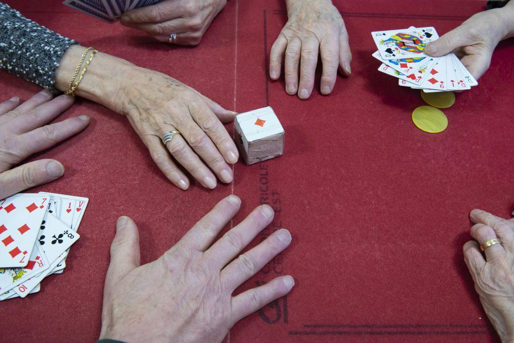 Table de jeux de société et jeux de cartes