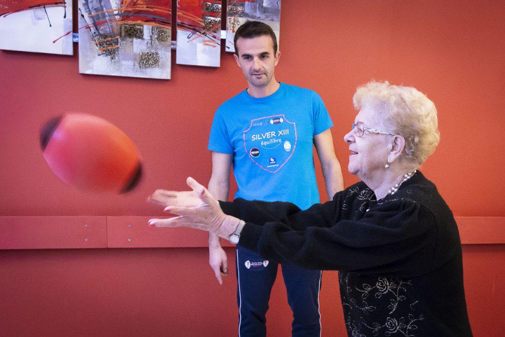 Une personne âgée fait de l'activité physique.