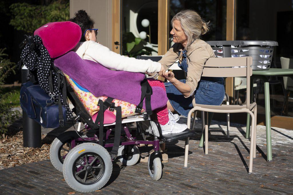 une soignante discute avec une personne handicapée