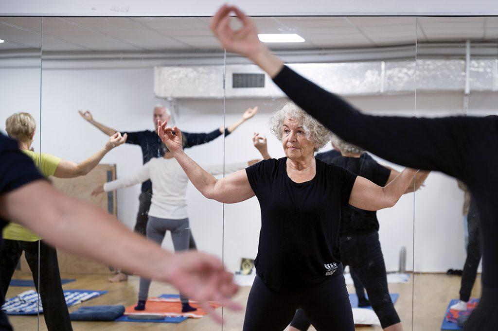 des personnes âgées font de la gym