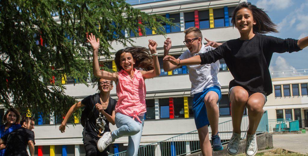 des enfants s'amusent dans une cour d'école
