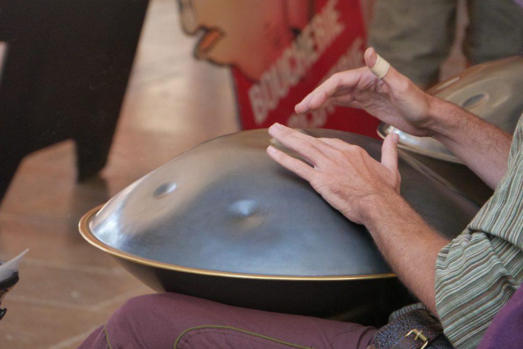 Des mains qui tapent sur un instrument à percussions