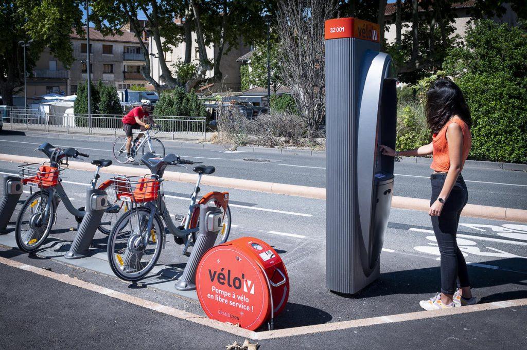 une sattion Vélo'v et une pompe à vélo