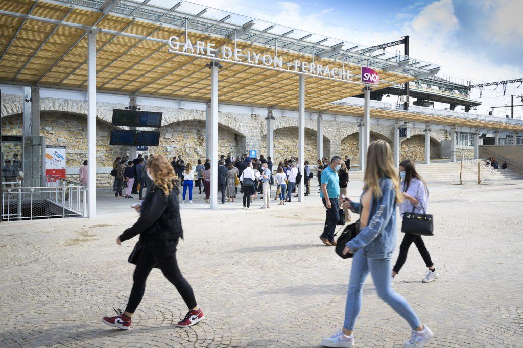 Nouvelle entrée de la gare Perrache avec un parvis dégagé, un grand auvent et les grandes lettres qui annoncent gare de Lyon Perrache