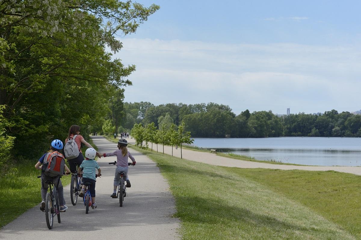 Au grand parc de Miribel Jonage, il y a la place pour respirer le grand air et se dépenser, à vélo ou à pied © Laurence Danière